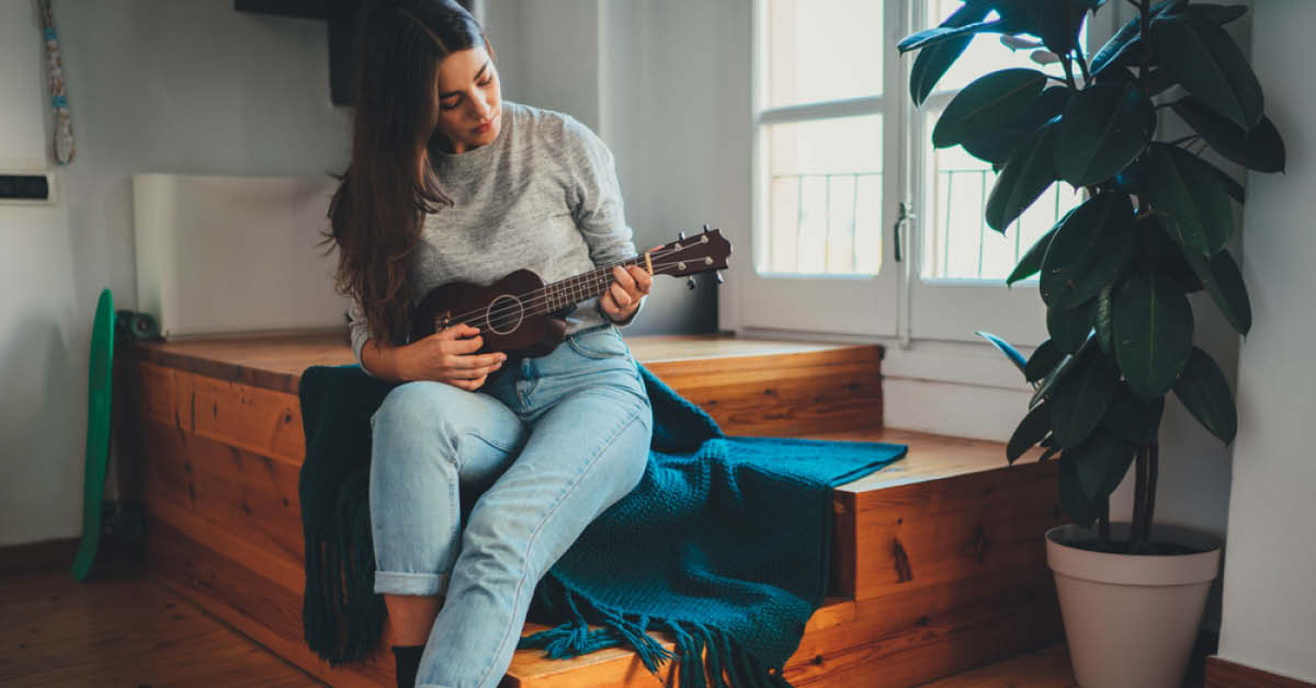 Women learning to play the guitar